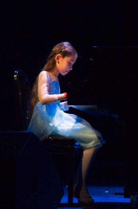 I tillegg til å danse ballett, spelar Daria piano, som ho er og veldig glad i.