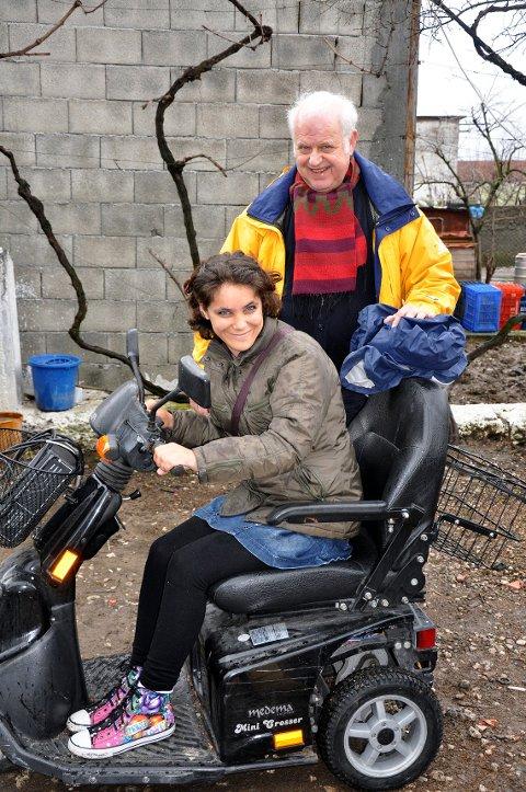 Tor møter Liridona som har fått elektrisk rullestol gjennom Norsk Nødhjelps hjelpetransport. Mange mennesker med nedsatt funksjonsevne har fått rullestoler og andre nødvendige hjelpemidler som letter hverdagen deres enormt!