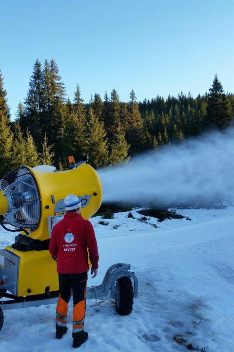Jarle Jensen i Skiforeningen i full gang med snøproduksjon på Brovoll.
