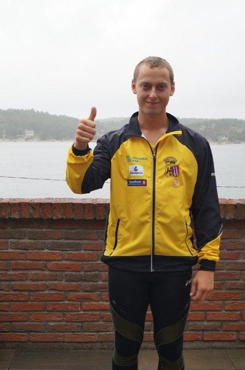 GULL: Jarl Bjørklund viser tommel opp for gullet han tok i spydkast søndag.