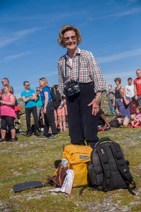 Det er en imponerende sprek Dronning Sonja (79) som ankommer Tarhalsen med sin slitte gule tursekk på ryggen.