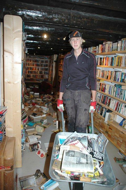 SØRGELIG: Det er et sørgelig syn i kjelleretasjen i Bokhuset i Kjosen. Vannet har trengt inn og ødelagt mange tusen bøker. I alt var det 40 000 bøker her. Per Esborg med et trillebårlass med bøker som må kastes.