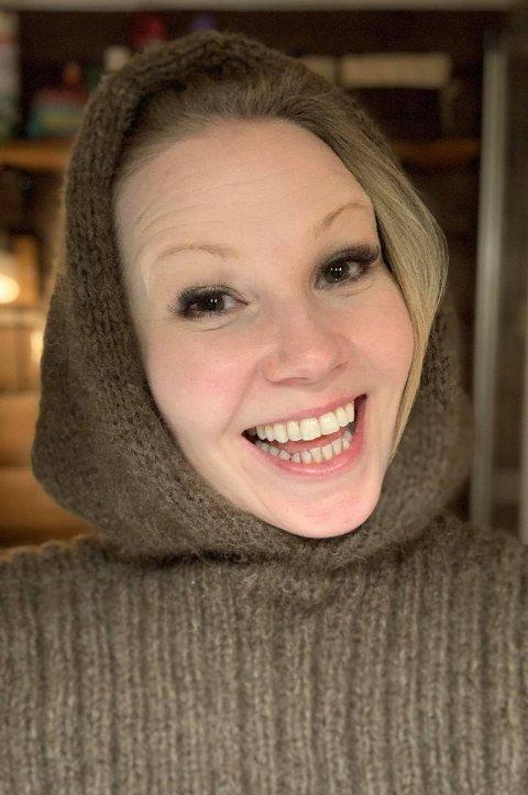 Malin Hoff Skjolde har blitt ivrig med strikkepinnene, og her kan du se henne i en egenstrikket balaklava.