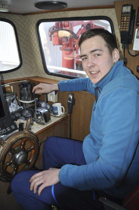 SKIPPER: -Det er godt å ha fått båt igjen, sier Daniel som har tatt plass i skipperstolen.