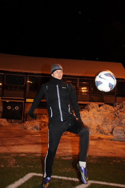Oliver Berg er flittig bruker av Gjøvik stadion mens han er hjemme på juleferie fra profflivet i allsvenske GIF Sundsvall.