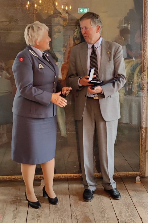 HEDRET: Oberst Laila Kvammen Lie overrakte fortjenestemedaljen til oberstløytnant Kjell Reidar Bugge i Stavern.