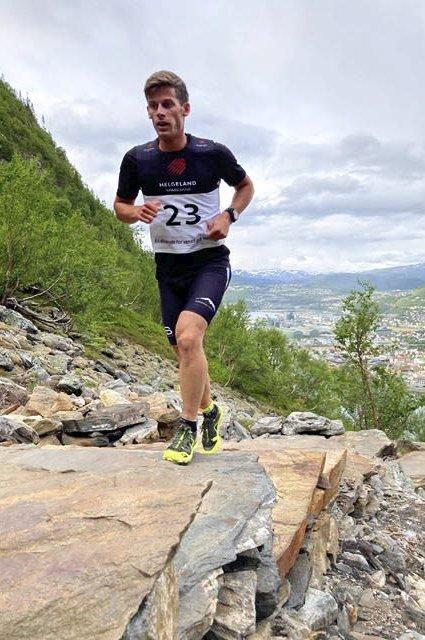 Viser styrke: Rolf Einar Jensen har tatt på seg løpeskoene igjen. Og det går fort. Han brukte 10 minutter og 36 sekunder opp Helgelandstrappa i Mosjøen onsdag kveld. Det er rekord.