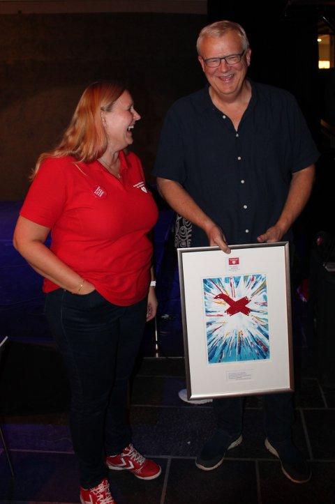 DEMENSPRIS: Peter Bekkhus-Wetterberg fikk utdelt fjorårets demenspris. Her sammen med Nina Nesholen, leder i Askim og omegn demensforening.