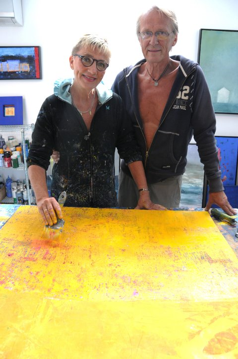 SAMMEN: Å gjøre ting sammen, som å lage kunst, er viktig, fastslår Mette Grindstad Fyen og Thomas Grinstad Fyen. Bildet er tatt i deres kreative arbeidsrom.