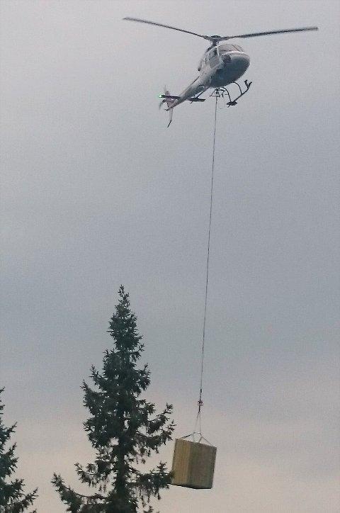 FRAKT: Materialene ble flydd inn over skauen onsdag formiddag, og her kommer helikopteret med utedoen.