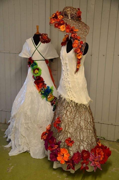 PROMO: To kjoler laget av Nina Tvedt Sliper og Irene Thorsrud Eik promoterer den kommende utstillingen.
