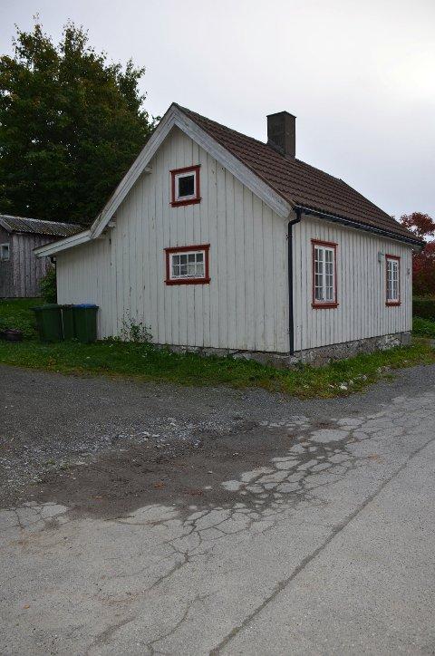 HUS NR. 18: Pauline Bang, som hun het som pike, ble født i Stjørdal den 29. mars 1856. Familien flyttet til Inderøy da hun var lita jente. Pauline ble gift med Bertin Tønder. Han var fyrer ved kalkverket. De bosatte seg i Hus nr. 18 på Straumen; Det lille huset i Nergata som ble revet for noen få år siden.