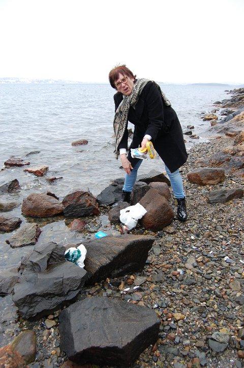 MYE SØPPEL: Søppel i havet er temaet for familieforestillingen Bibbi Neergaard skriver for Oppegård Amatørteaterlag. Forestillingen skal settes opp i Kolben i november.  Her plukker Neergaard søppel på Hvervenbukta.