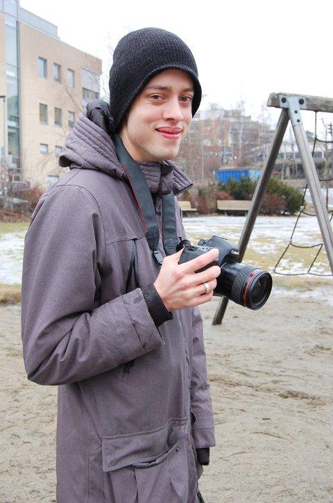 SEIEREN: Adrian har cerebral parese og ble mobbet i barne- opg ungdomsårene. Han har jobbet seg gjennom angst, depresjoner og selvmordstanker i årevis og kom seirende ut av den mørke tunnellen. - Jeg vil ikke bli husket som en som ble mobbet, men som en bra fotograf.