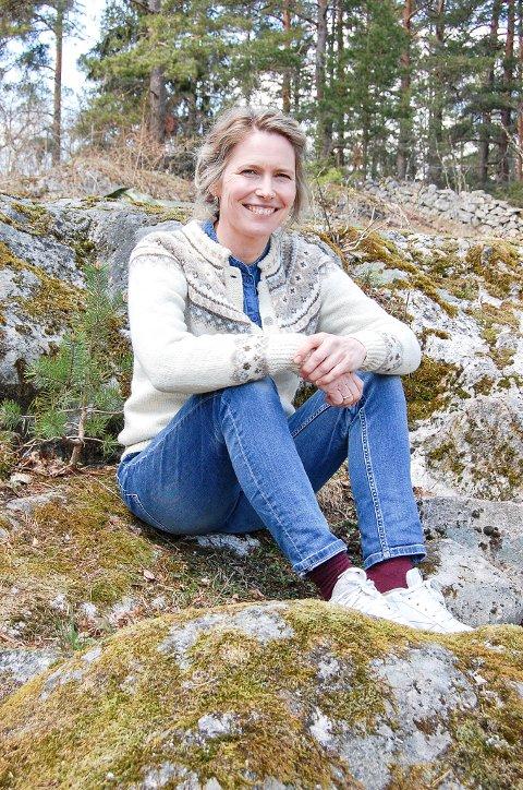 DEBUTANT: Maria Alnæs, bosatt på Svartskog og lærer på Ski videregående, har nylig lansert en roman om en tjener som kastes ut i en tilværelse mellom himmel og helvete: slottsball, fengsel, krig, flukt og kjærlighet.