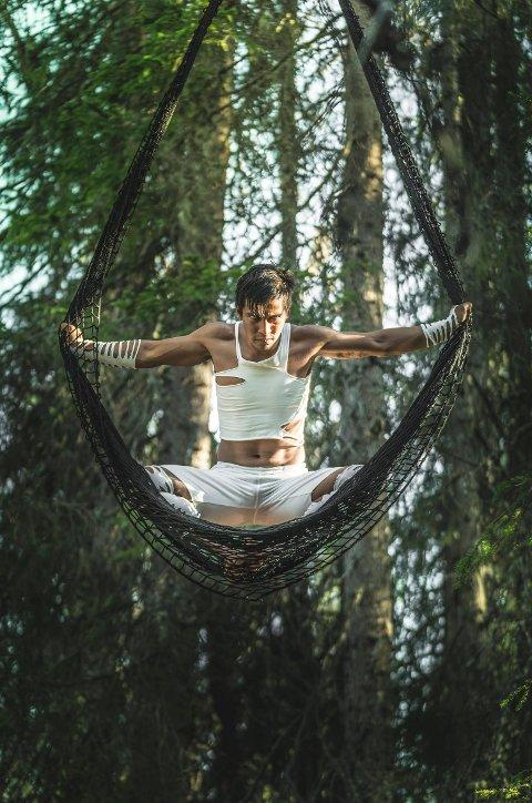 I skogen: Jon Filip Fahlstrøm trollbandt folk inne i den trolske skogen i fjorårets framsyning