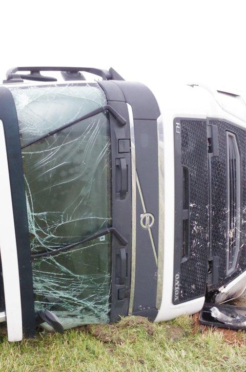 KNUST: Lastebilhytta etter utforkjøringen. Ruta er knust, tak og lykter har fått hard medfart.
