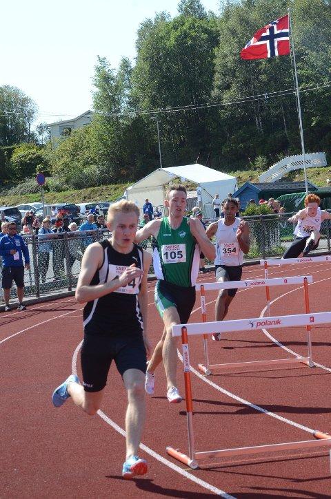 BRONSE: Simen Sebastian Hansen (20) (i grønn trøye) i aksjon på 400 meter hekk under junior-NM i helgen.