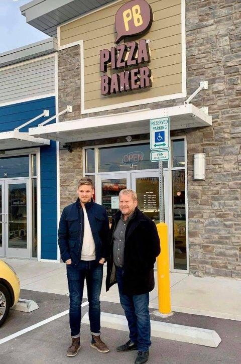 Første i USA: Henrik Andre Jelsa og faren Jan Henrik Jelsa, som var en av gründerne som startet Pizzabakeren, fremfor det første Pizzabaker-utsalgsstedet i USA, nærmere bestemt Nashville.