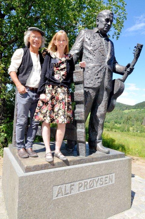 Ønsker velkommen: Daglig leder for Prøysenhuset, Hogne Moe, og markedsrådgiver Ida Nilseng. Her ved Prøysen-statuen.