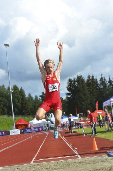 MILEPÆL: Erik Lund strakk seg til 15.10 i tresteg under Ungdomsmesterskapet i friidrett i Sandnes.
