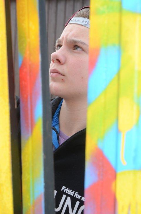Fargerikt: Jonas Wollseth Bredesen (15) fra Harestua i aksjon med sprayboksen. Foto: Bjørn Bjørkli