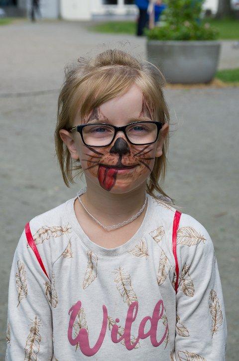 Mynthe Eline Haberg Stangebråthen(7) fikk ansiktsmaling på Haldendagen. Hunden hun fikk malt i ansiktet døpte hun til navnet Herman.