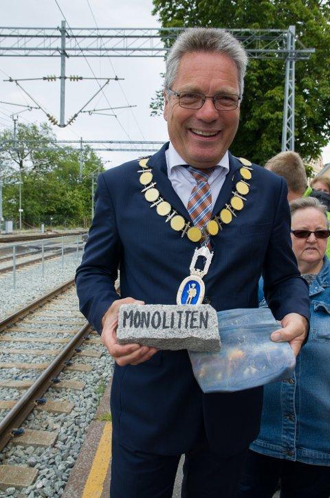 IDDEFJORDSGRANITT: Ordfører Thor Edquist byr på Iddefjordsgranitt og en ekspresskort historietime om Monolittens opphav til NRK når Sommertoget ankommer.