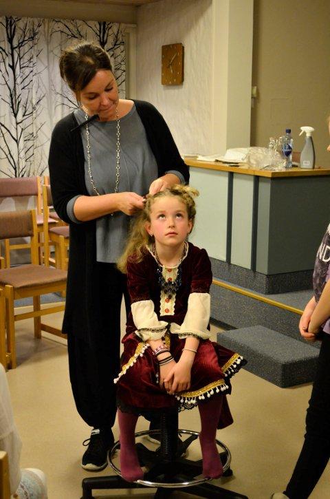 """Flettemmamma"" Bente-Helen Schei fletter Ida Johansen (6). Hun får en korsettflette med bånd."