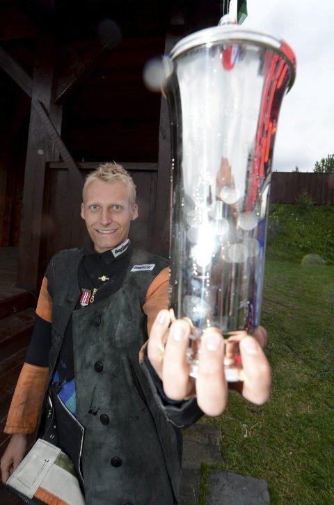 SKYTTERKONGE: Kim-André Aannestad Lund med kongepokalen, som han sikret seg i Landskytterstevnet på Oppdal i 2013.foto: ole john Hostvedt