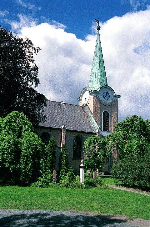 LARVIK KIRKE ligger i vakre omgivelser ved Tollerodden (t.v.). Interiøret i kirken (t.h.) skriver seg fra en omfattende fornyelse i 1860.