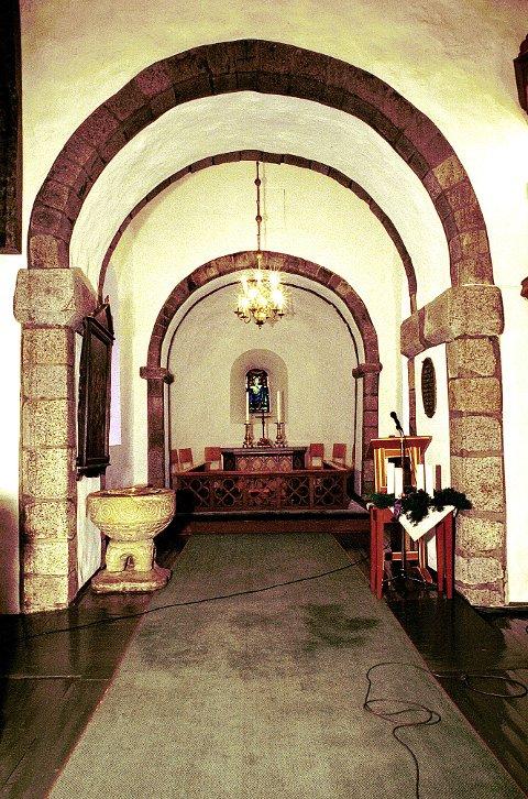 ROMANSK STIL. I middelalderkirkene våre kommer den romanske rundbuestilen til uttrykk i mange forbindelser. Her  flere portaler gjennom koret i Tanum kirke.