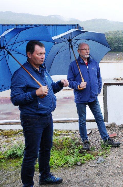 HAR ET MÅL: Knut Einar Aas (til venstre) er leder av utvalget for klima, miljø og byutvikling. Han ønsker at de kommunale boligene skal fordeles jevnere over hele kommunen. Bildet er tatt i forbindelse med en erfaring tidligere i år.