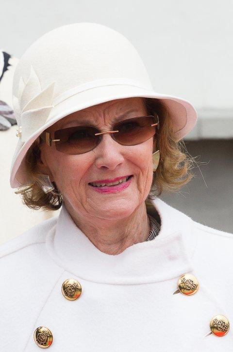 RUNDER ÅR: I dag fyller dronning Sonja 80 år og det blir markert med salutt fra festningen klokken 12.00. Her er hun fotografert i Halden i anledning byens 350-årsjubileum.