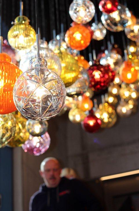 Lampe i krystallkuler laget på Hadeland Glassverk.