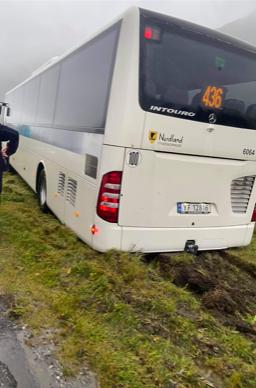 BLÅSTE AV VEIEN: En buss med fem skoleelever blåste av veien like ved Glomfjord mandag formiddag.