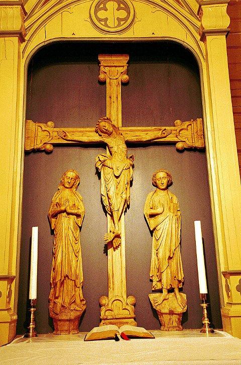 GOTISK STIL uttrykt i norske treskjæringsarbeider fra høymiddelalderen: En korsfestelsesgruppe i Kjose kirke.