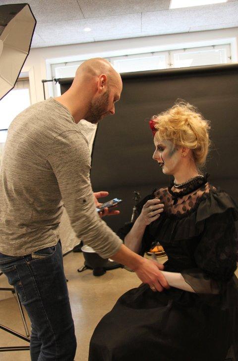 DET SOM SKJER DET SKJER: Fotograf Tom Gustavsen og modell Ida Marie Lee. Gustavsen fortalte at han etterstrebet en følelse av forlatthet.