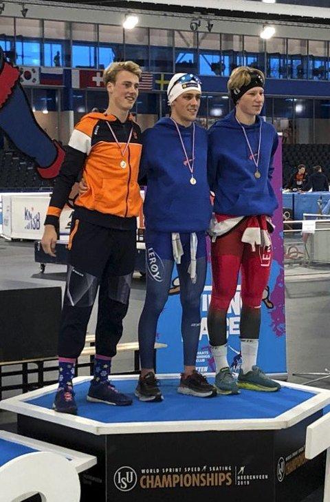 På seierspallen: Tobias Fløiten (i midten) kunne juble etter seieren på 1500 meter i Heerenveen. FOTO: PRIVAT