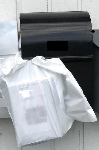 PAKKER: TB-tipseren har ved flere anledninger opplevd at pakken, levert av Postnord, henger slik i postkassen. Foto: Privat