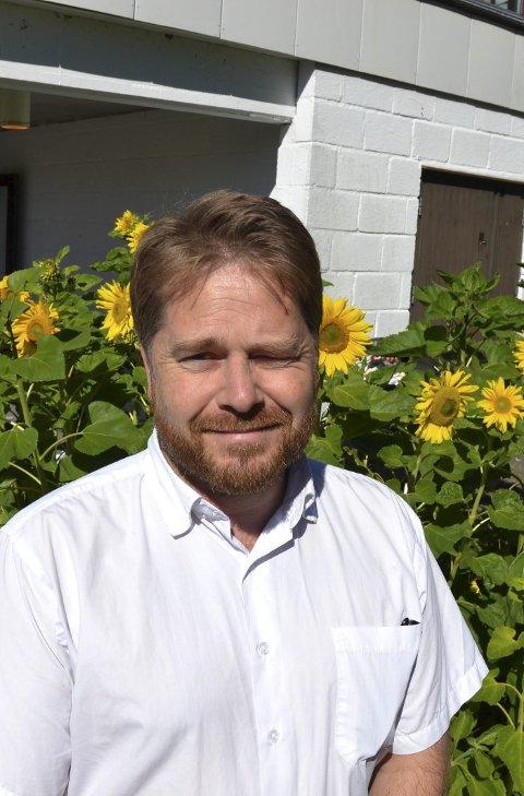 GOD STEMNING: Skjalg Sundby, daglig leder ved asylmottaket på Kolstad, registrerer at beboerne ser ut til og trives ved mottaket.