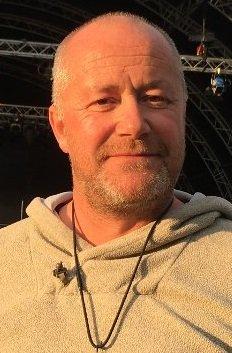 Lars Nes, foran årets nye store scene på Birkebeineren stadion, er klar for det 22. Landstreffet for russ på Lillehammer. Foto: Kjersti Haugtrø