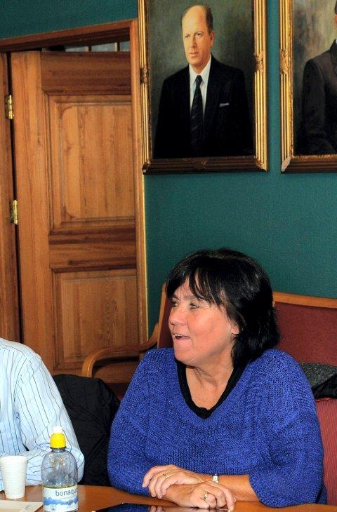 GIR SEG: Lisbeth Thulin sitter i Åsnes kommunestyre for SV ut denne perioden. Så gir hun seg.  Bak henne henger bildet av SV-ordføreren i Åsnes på 1970-tallet, Torbjørn Konttorp.
