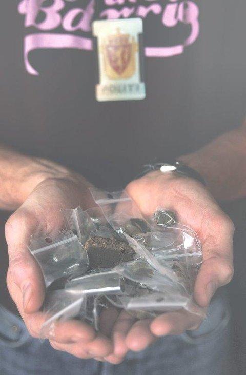 SVELGET HASJ: I tillegg til pillene 24-åringen fortalte politifolkene at han trengte, klarte han å svelge unna en liten hasjklump uten at det ble oppdaget. ILLUSTRASJONSFOTO