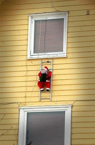 PASS PÅ: På julaften er det vanligvis slik at nissen kommer med gaver. Sist jul var det en Ås-mann som stakk av med julegavene.