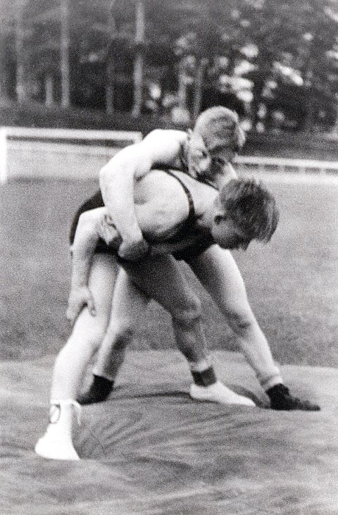 BRYTESPORT. Aksel Herre, Larvik Turn, er hittil den eneste som har vunnet et bryte-NM for menn. Det skjedde i 1946. Her ser vi ham (øverst) i en oppvisningskamp på Lovisenlund mot Egil Solvik fra Oslo.