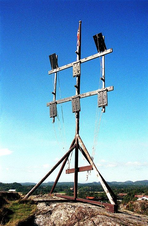 KLAPPTELEGRAF. Slik så den ut, kaptein Ohlsens patenterte klapptelegraf fra krigen 1807-14. På toppen av Signalen står denne modellen i halv størrelse.