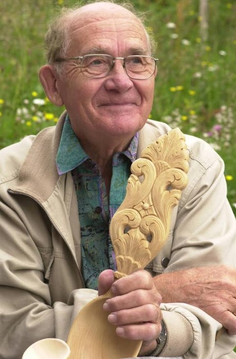 Tatt på: Jørgen Sundheim, som i sin tid var en dyktig treskjærer, fikk lungebetennelse og falt ut av senga etter at han flyttet fra omsorgsboligen sin i Ulnes. (Bildet er fra 2004).