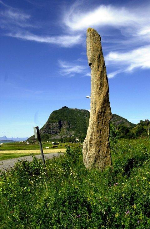 Høyest: Den seks meter høye og over 1000 år gamle Langsteinen på Engeløya er fra yngre jernalder og var Nord-Norges høyeste bautastein før den knakk i tre deler under kantslått.