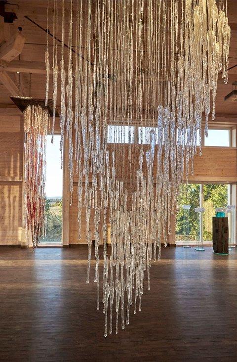 REKORD: Et av de store, monumentale verkene: «Stille, faren er over», med lange glassformer hengende i piggtråd.